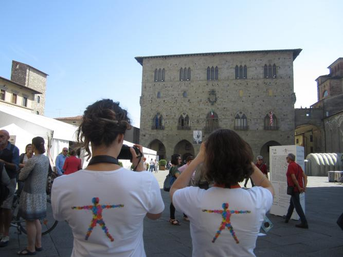 Volontari in piazza Duomo - foto dialoghisulluomo.it