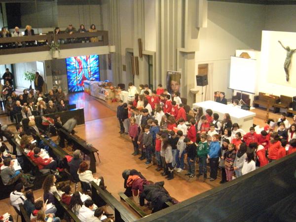 Interno chiesa spettacolo di Natale