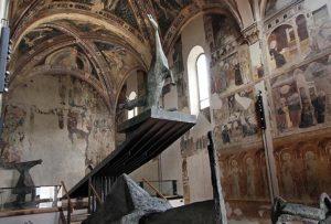 la volta e le pareti della chiesa